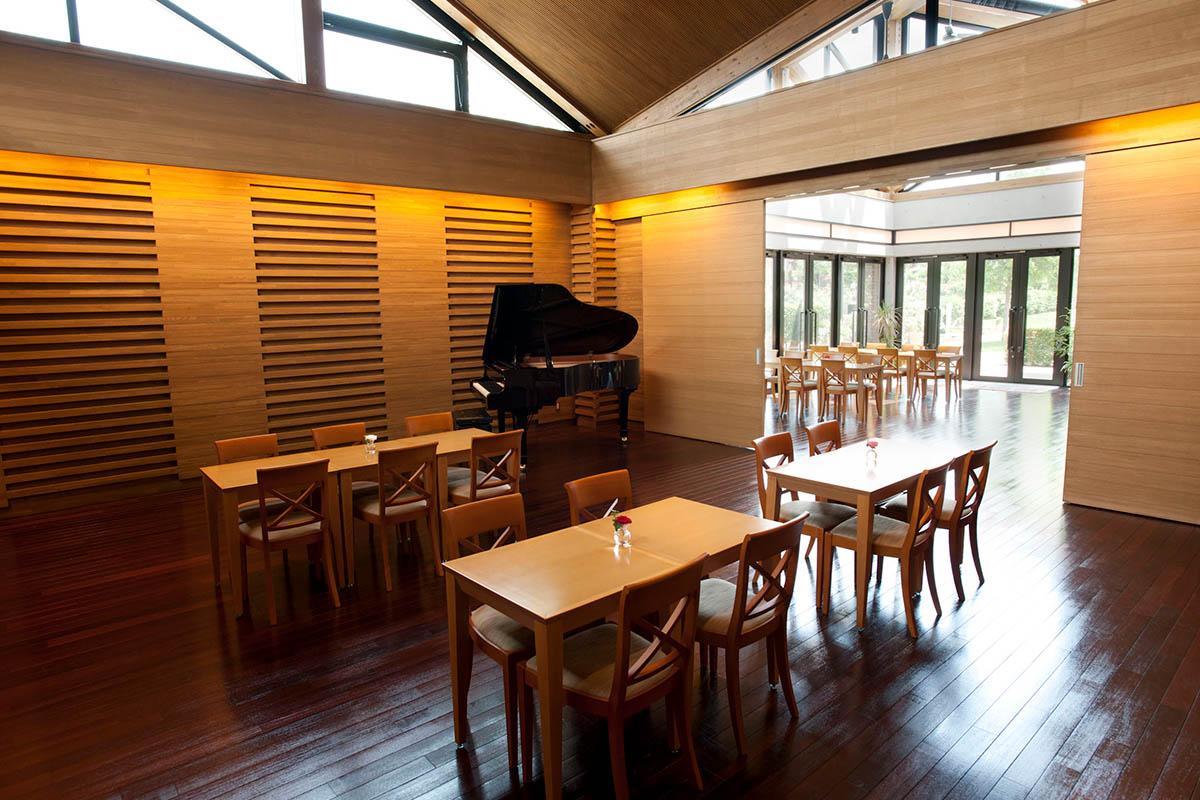 グランドピアノを設置し、コンサートなども可能な施設