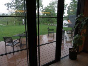 雨のバルコニー