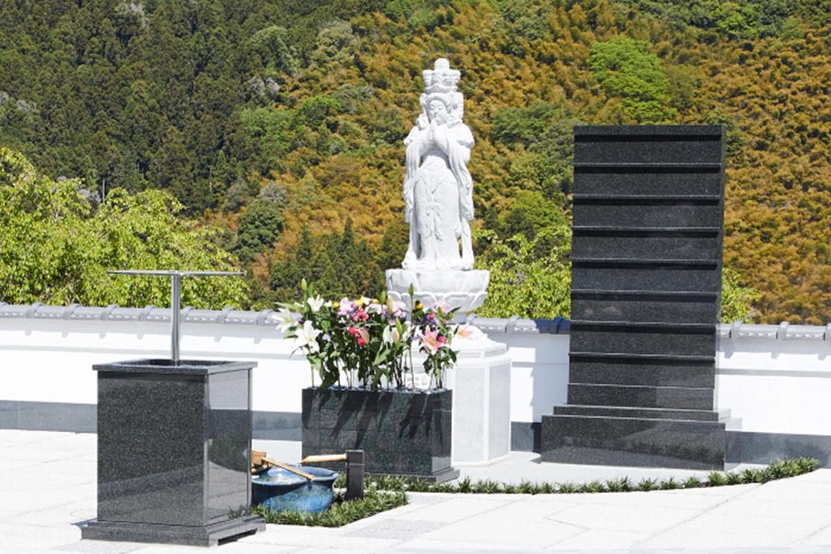 墓所を見守る観音様